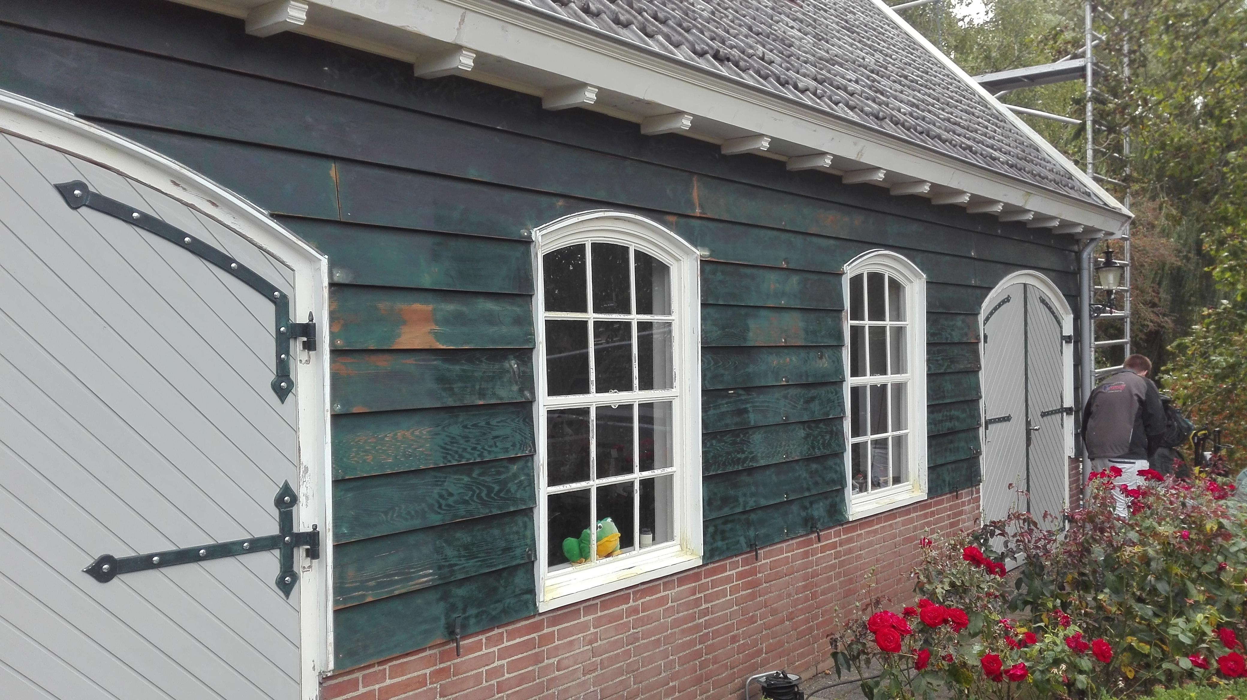 Bijgebouw tijdens de voorbereidende werkzaamheden voor het schilderen